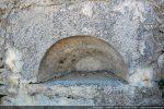 Archivolte probable de la fenêtre absidiale (se trouvant actuellement dans le mur de la fontaine de Casalvana)