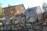 Quelques arcatures et modillons issus sans doute du baptistère