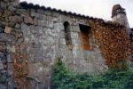 Petite fenêtre meurtrière surmontée d'une archivolte échancrée dégagée (photo Cl. Arrighi)