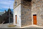 Façade occidentale: le bas est roman, le haut, avec une fenêtre, est postérieur; état en cours de restauration