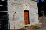 Partie romane avec porte centrale surmontée d'un blason papal (18e siècle); en cours de restauration