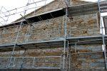 Façade orientale: mur fermant l'extension sud et ayant remplacé l'abside semi-circulaire; en cours de restauration