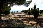 Vue générale des ruines romaines d'Aleria: temple, forum et capitole (arrière-plan)