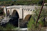 Pont génois dont une des piles repose sur le rocher