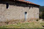 Mur sud: porte avec linteau gravé et deux fenêtres