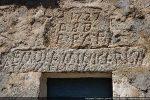 Inscription du linteau: EMULAMINI CARISMA MELIORA (que nous cherchions à égaler les dons gratuits les meilleurs)