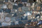 Les murs sont construits de blocs de couleurs différentes disposés sans ordre