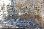 A certains endroits, la chapelle est repose directement sur la roche en place