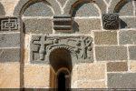 Côté sud: Fenêtre et archivolte sculptée: croix près d'un pommier (19e siècle)