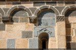 Côté sud: arcature et fenêtre avec archivolte aux paons ( 19e siècle)