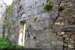 Intérieur du mur sud avec raccord des deux étapes de construction (belles pierres fin 11e siècle, pierres anarchiques 17e siècle)