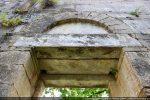 Partie supérieure de la porte sud: double linteau monolithe et arc en plein cintre au tympan nu