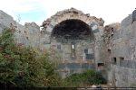 Intérieur vers l'abside; fenêtre meurtrière surmontée d'une archivolte échancrée en arc brisé