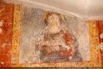 Vierge des douleurs auréolée aux mains croisées sur la poitrine