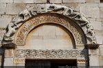 Seul élément décoratif  de la façade occidentale: arc en plein cintre sculpté et linteau ( fin 11e siècle)