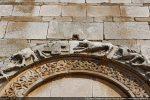 Détail de l'arc: thème de l'Agneau de Dieu (agneau portant une croix) et bandeau orné d'entrelacs