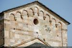 Fronton est encadré de deux pilastres semi-engagés et percé d'un oculus. Frise d'arcs et modillons taillés en forme de crochets et surmontés d'un tailloir