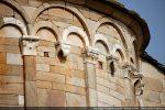 Chapiteaux des pilastres décorés de feuilles très stylisées tandis que les modillons sont des crochets tournés vers le mur