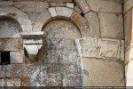 Pilastre de l'angle nord-est: chapiteau au lion à la queue recourbée sur le dos devant une fleur
