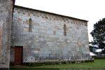 Partie romane du côté nord, semblable au côté sud (une porte, deux fenêtres et soubassement mouluré)