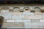 Arcature du mur nord: motif de la roue fréquemment utilisé; blocs assemblés à joint vif