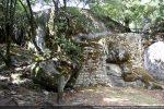 Murs du château médiéval et menhir préhistorique