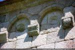 Arcs, modillons (décor géométrique) et moulure sous la toiture (sud)