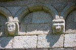 Modillons: tête humaine et décor géométrique (sud)