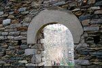 Arc monolithe surmontant la porte ouest