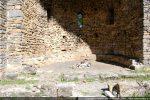 Abside: à l'avant-plan: mur du chancel; à l'arrière-plan: banquette à la base de l'abside