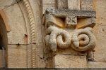 Couple de serpents enroulés sur eux-mêmes; au milieu: une étoile stylisée