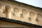Arcature du mur de la nef centrale et modillons au décor très simple: crochets, croix, fleur, lignes