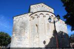Façade orientale et abside: corniche courant sous le toit du mur est et corniche de l'abside reposant sur des colonnettes semi-engagées