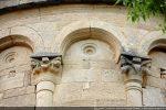 Dans le chapiteau de droite: petites têtes humaines dans les volutes d'angle