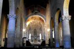 Piliers surmontés tailloirs, colonnes aux chapiteaux ouvragés; dans le chœur: fresques du 15e siècle et autel du 17e siècle