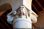 Chapiteau en corbeille orné d'un nœud de serpents enroulés, motifs en coquille, crochet et étoile
