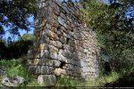 Mur sud de l'église San Quilico, le seul bien conservé mais reconstruit à plusieurs reprises