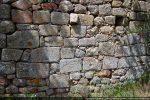 Détail du mur sud : les blocs du premier édifice ont été remployés et remontés sans ordre