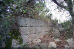 Les blocs bien appareillés sont disposés à joints vifs (mur est)