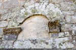 Arc à claveaux et consoles en surplomb (réemploi au 17e siècle?)