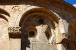 Deuxième arc avec pierres sculptées préromanes (d'après l'étude de G. Moracchini) dans les écoinçons