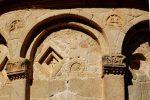 Pierres préromanes d'après l'étude de G. Moracchini: petite tête et deux motifs dans un cercle