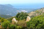 Abside émergeant de la végétation et dominant la vallée du Fango. Au loin la plage de Galéria