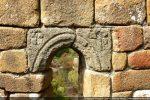 Archivolte sculptée de la fenêtre (abside)