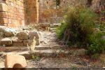 Archivolte tombée au sol, marches modifiées et blocs marquant la clôture de chœur tardive