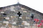 Fronton ouest avec croix évidée et deux têtes sculptées
