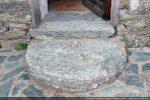 Seuil de la porte formé d'une ancienne meule