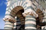 Chapiteaux des colonnes décorés de coquilles gravées de lignes et supportant les arcs du mur du campanile