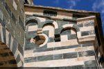 Moulure, frise décorée, cordelière, arcature de trois petits arcs à modillons et oculus (angle sud-ouest). La même disposition se retrouve à l'angle nord-ouest