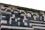 Décor de la partie supérieure: bandeau orné, cordelière et frise d'arcs aux modillons sculptés parfois en haut relief
